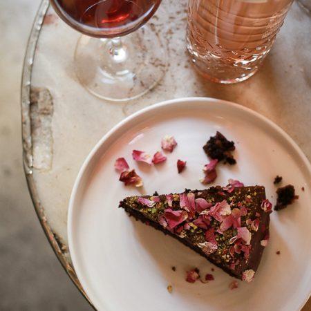 Tarta de chocolate con pétalos de rosa