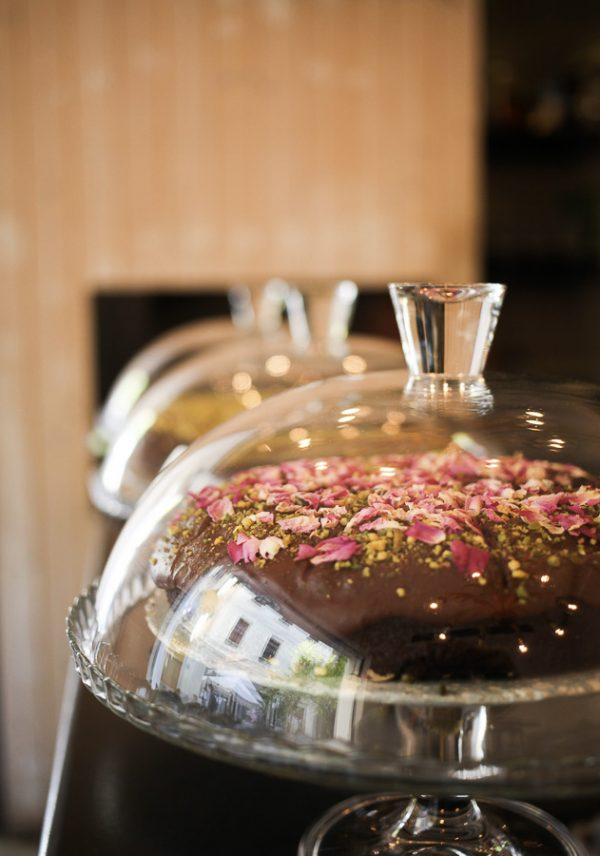 Tarta de chocolate y pétalos de rosa